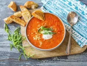 tomaat-paprikasoep-met-parelcouscous-en-soepstengels-a7be2382-2
